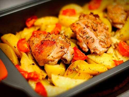 Картошка с курицей и овощами запеченная в духовке с фото